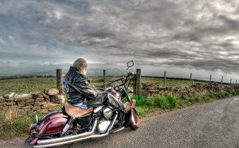 En biker på landsväg